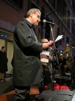 Danilo Quinto legge un messaggio di Adriano Sofri nel corso della manifestazione davanti a palazzo Chigi a sostegno dell'appello per un'amministrazion