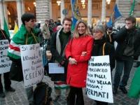 Nel gruppo centrale: Davide Argento (militante di Torino), Francesca Mambro e Rosalba Bosco, nel corso della manifestazione davanti a palazzo Chigi a