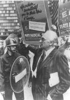 Pannella ad un corteo per gli Stati Uniti d'Europa e l'ingresso della Jugoslavia nella CEE. Nella foto Pannella passa accanto a poliziotti schierati i