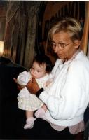 Emma Bonino tiene in braccio Arianna, figlia di Francesca Mambro e Valerio Fioravanti.