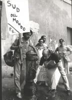 """""""militanti durante una manifestazione di ferragosto """"""""affinchè la politica non vada in vacanza""""""""  (BN)"""""""