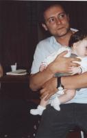 Sergio Rovasio tiene in braccio Arianna (figlia di Valerio Fioravanti e Francesco Mambro)