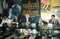 Conferenza stampa presso la sede di Torre Argentina. Al tavolo, da sinistra: Danilo Quinto, Benedetto Della Vedova, Marco Pannella, Sergio Stanzani, D