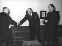 """Sede de """"Il Mondo"""". Al centro: Francesco Libonati. A destra, Mario Pannunzio."""