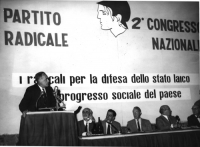 2° Congresso Nazionale del PR, a palazzo Brancaccio. Alla tribuna: Max Salvadori. Al tavolo di presidenza, da sinistra: Ernesto Rossi, ???, Nicolò Car