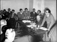 """Dibattito presso la sede del PR alla Colonna Antonina. Al tavolo, in primo piano: Francesco Compagna (direttore della rivista """"Nord Sud""""). Accanto a l"""