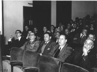 """Teatro Eliseo, Uno dei convegni degli """"Amici del 'Mondo'"""". Seduti, da sinistra: Sergio Bocca, Mario Pannunzio, Emilio Zenone, Paolo Pavolini."""