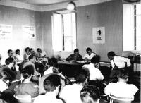 Dibattito fra i giovani radicali presso la sede del PR in via della Colonna Antonina. Al tavolo, da sinistra: Paolo Ungari (UGI), Gianfranco Spadaccia