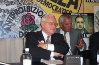 George Ryan (già governatore dell'Illinois) nel corso di una conferenza stampa presso la sede di Torre Argentina.