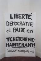 """Cartello: """"Liberté democratie et paix en Tchétchénie: maintenant"""", usato per la manifestazione a sostegno dell'appello radicale per un'amministrazione"""