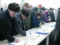 """Tavolo di raccolta firme su una petizione per l'amministrazione dell'ONU in Cecenia, nel corso della manifestazione """"Per la Russia senza Putin"""", organ"""