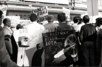 """Manifestazione a sostegno della legge Fortuna- Baslini sul divorzio, davanti al cinema Adriano. In primo piano il cartellone: """"Il bastone [cioè il div"""