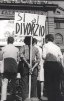 """Manifestazione e comizio a sostegno della legge Fortuna- Baslini sul divorzio. In primo piano, il cartello: """"Sì al divorzio""""."""