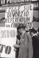 """Manifestazione e comizio a sostegno della legge Fortuna- Baslini sul divorzio, davanti al cinema Adriano. Si legge il cartello: """"Legge sul divorzio, r"""