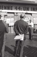 """Manifestazione e comizio a sostegno della legge Fortuna- Baslini sul divorzio, davanti al cinema Adriano. Sul fondo si intravvedono cartelloni: """"No al"""