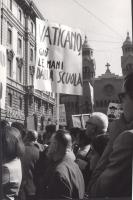 """Manifestazione e comizio a sostegno della legge Fortuna- Baslini sul divorzio, davanti al cinema Adriano. In primo piano, il cartello: """"Vaticano, giù"""