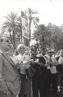 """Manifestazione e comizio a sostegno della legge Fortuna- Baslini sul divorzio, davanti al cinema Adriano. Un maniifestante solleva il cartello: """"Deput"""