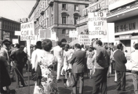 """Manifestazione e comizio a sostegno della legge Fortuna- Baslini sul divorzio, davanti al cinema Adriano. Cartelli: """"Avanti con il divorzio"""", """"No al r"""
