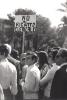 """Manifestazione e comizio a sostegno della legge Fortuna- Baslini sul divorzio, davanti al cinema Adriano. Cartello: """"No al ricatto clericale""""."""