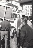 """Manifestazione e comizio a sostegno della legge Fortuna- Baslini sul divorzio, davanti al cinema Adriano. Cartello (sollevato da un bambino): """"Siamo e"""