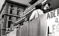Manifestazione e comizio a sostegno della legge Fortuna- Baslini sul divorzio, davanti al cinema Adriano. Alla tribuna, al microfono: Marco Pannella.
