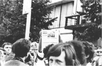 manifestazione radicale nell'anniversario del soffocamento della primavera di Praga. Tra la folla un manifestante alza un giornale con la foto di Dubc