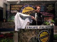 """Alessando Cecchi Paone alla tribuna della Convenzione dei Radicali all'hotel Ergife, mostra la T-shirt: """"L'embrione è un essere umano. Il malato no?""""."""