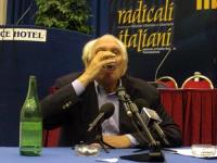 Marco Pannella beve l'ultimo bicchiere d'acqua, avviando uno sciopero della sete per la riacquisizione del potere di grazia da parte del capo dello St
