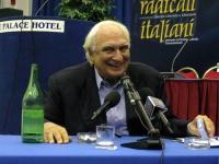 """Marco Pannella dopo avere bevuto l' """"ultimo"""" bicchiere d'acqua (avviando uno sciopero della sete per la riacquisizione del potere di grazia da parte d"""