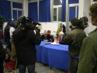 Massimo Bordin e Marco Pannella conversano, ripresi da varie telecamere, prima della registrazione di una trasmissione per Radio Radicale (al termine