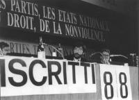 ritratto di Ernesto Galli Della Loggia seduto alla presidenza del 34° congresso PR (BN)