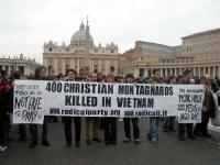 """Manifestazione radicale di fronte a  piazza San Pietro. Striscione: """"400 Christian Montagnards killed in Vietnam"""". Dietro lo striscione, da sinistra:"""