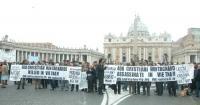 Manifestazione radicale davanti a piazza San Pietro, contro la repressione del popolo montagnards in Vietnam.
