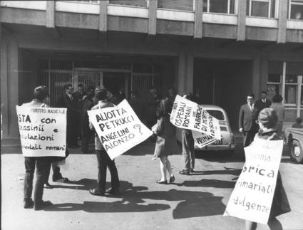 """""""manifestazione radicale. Militanti con cartelli al collo: """"""""basta con assassinii e speculazioni negli ospedali romani. PR"""""""", Aliotta Petrucci, Angeli"""