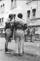 3a marcia antimilitarista. Aloisio Rendi (di spalle) e Roberto Cicciomessere, davanti al carcere militare.