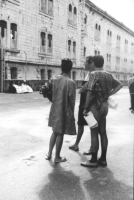 3a marcia antimilitarista Milano-Vicenza. Aloisio Rendi, insieme a due turisti, di fronte al carcere militare.
