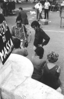 3a marcia antimilitarista Milano-Vicenza. In piedi: Aloisio Rendi, e Roberto Cicciomessere.