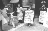 """""""manifestazione radicale davanti all'entrata dell'""""""""Aermacchi"""""""" in via Nazionale contro la fornitura di aerei al Sud Africa. Manifestanti, tra cui Sta"""