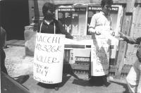 """""""manifestazione radicale davanti all'entrata dell'""""""""Aermacchi"""""""" in via Nazionale contro la fornitura di aerei al Sud Africa. Cartelli: """"""""Aermacchi MB3"""