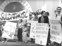 """""""manifestazione radicale con striscione """"""""Solidarnosc"""""""". Militanti, tra cui Taradash con cartelli: """"""""libertà e diritto di associazione per tutti. PR"""""""""""