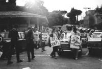 3a marcia antimilitarista Milano-Vicenza. Marciatori con cartelli, e una macchina munita di altoparlante. Fra i marciatori si riconosce Aloisio Rendi