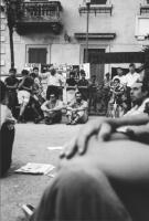3a marcia antimilitarista Milano-Vicenza. Gli abitanti di Peschiera ascoltano il comizio di Marco Pannella. Sullo sfondo sono appesi cartelli, e uno s
