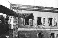 """3a marcia antimilitarista Milano-Vicenza. Davanti a una caserma (soldati si affacciano alle finestre) la marcia sfila con lo striscione: """"No agli eser"""