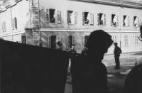 """3a marcia antimilitarista Milano-Vicenza. Un marciatore (soprannominato """"Cianuro"""") sfila controluce davanti a una caserma (soldati si affacciano alle"""