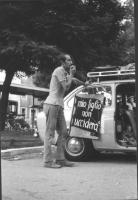 """3a marcia antimilitarista Milano-Vicenza. Antonio Riva al microfono. Su una macchina della marcia è esposto il cartello: """"Mio figlio non ucciderà""""."""