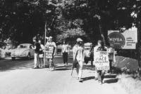 """3a marcia antimilitarista Milano-Vicenza.Tratta: San Bonifacio-Arzignano. Marciatori con cartelli (""""Costruisci la pace abolendo gli eserciti!""""."""