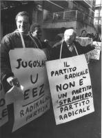 """""""manifestazione a Roma (si tengono alla stessa ora in molte altre città del Mondo) di fronte all'ambasciata jugoslava per protestare contro la decisio"""