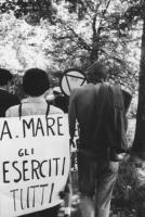 """3a marcia antimilitarista Milano-Vicenza.Tratta: San Bonifacio-Arzignano. Cartello: """"A mare tutti gli eserciti""""."""