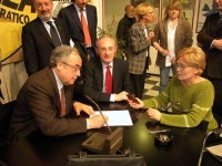 Michele Boselli, Enrico Boemi, e Ottaviano Del Turco, firmano la proposta di referendum per abrogare la legge sulla procreazione assistita, presso la