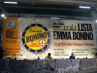 """6° Congresso italiano del PR. Banner di sfondo: """"Vota Lista Bonino - Per gli Stati Uniti d'Europa e d'America"""". Alla presidenza: Daniele Capezzone e B"""